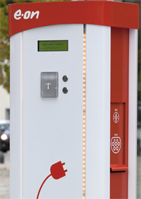 Rot-weisse Stromtankstelle von e-on in der Stadt Grafing